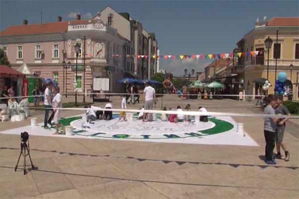 Na gradskom trgu u Negotinu postavljen veliki mozaik sačinjen od plastičnih čepova