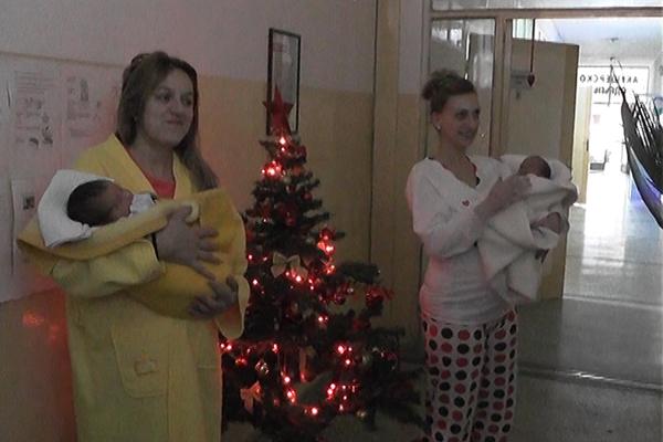 Negotin: Predsednik opštine Negotim Vladimir Veličković uručio prigodne poklone bebama rođenim 1. januara.