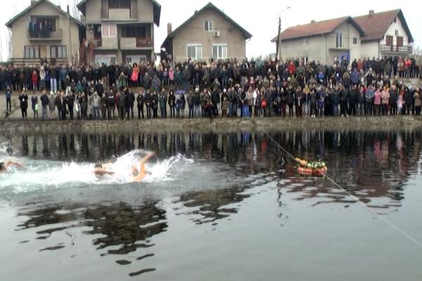 Zaječarac Marko Panić prvi je doplivao do Časnog krsta