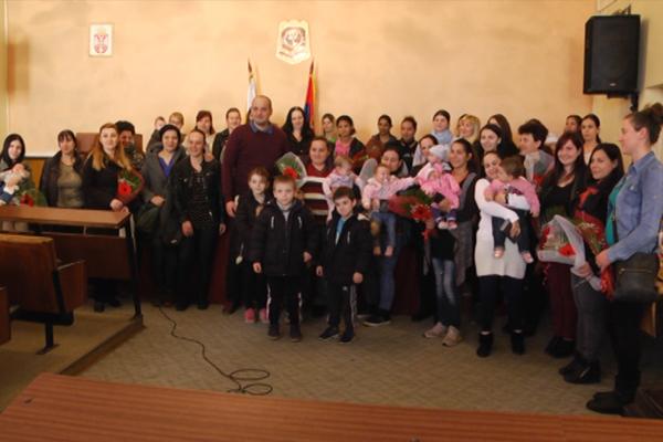 Negotin: Opština Negotin uručila je poklon čestitke u iznosu od od po 10.000 dinara majkama koje su u 2018. godini rodile treće, četvrto i svako naredno dete