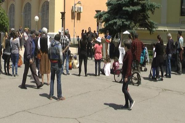 Na zaječarskom Trgu oslobođenja pesmom i igrom katolici privukli pažnju prolaznika (VIDEO)