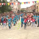 Na centralnom gradskom trgu u Negotinu plesalo 142 maturanata iz 4 negotinske srednje škole