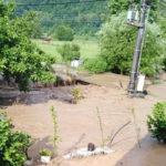 """Izlio se lokalni potok """"Korešn"""" i poplavio selo Mosnu, Opština Majdanpek"""