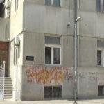 Osvanuo grafit na fasadi zaječarske biblioteke (VIDEO)