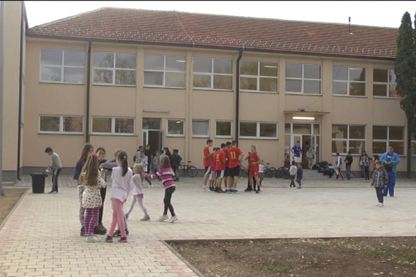 Đaci OŠ Ljubica Radosavljević Nada prezadovoljni rekonstruisanom školom (VIDEO)