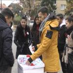 """Omladina Udruženja """"Društvo Roma"""" organizovala akciju povodom Svetskog dana borbe protiv side (VIDEO)"""