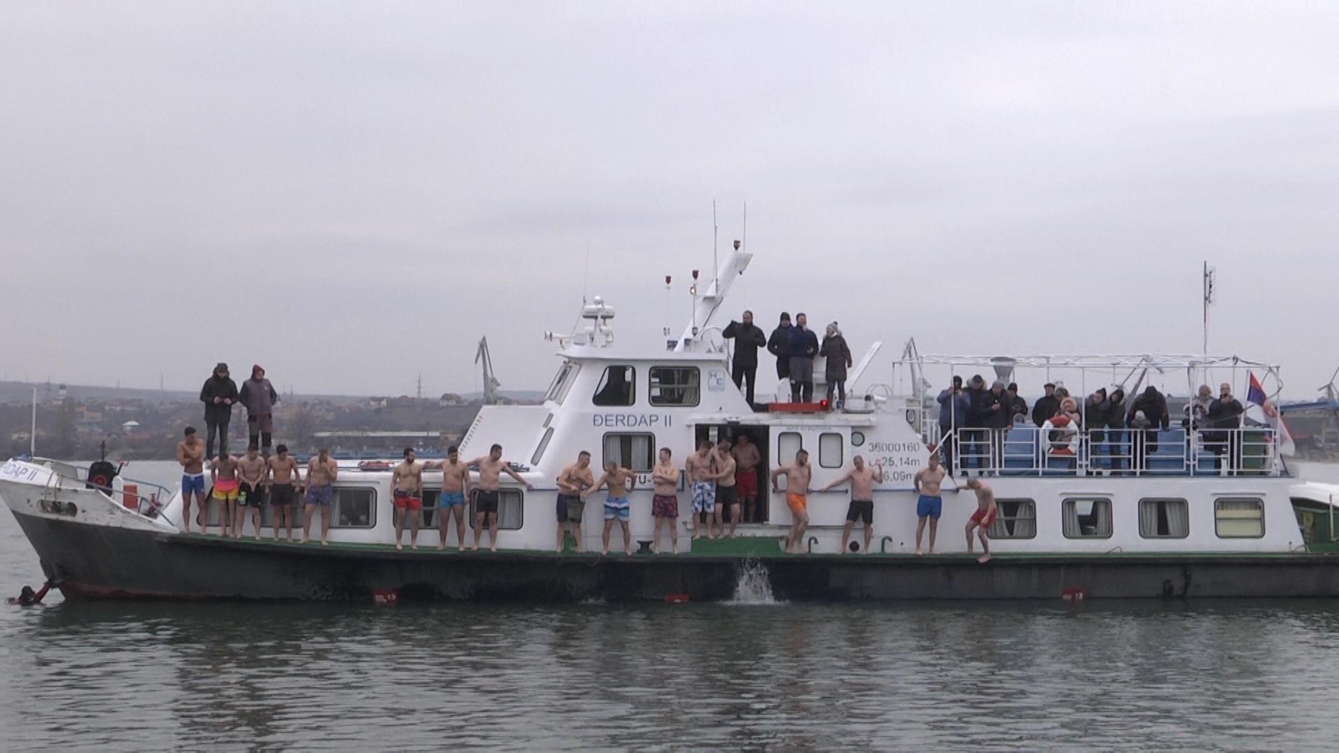 22 plivača je plivalo u Dunavu kod Kladova za časni krst(VIDEO)